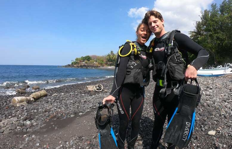 Couple en vacances certifié à Amed avec Bali Diversity. Certaines des meilleures conditions pour les débutants, des forfaits plongée et séjour incroyables, réservez maintenant, restez plus tard.